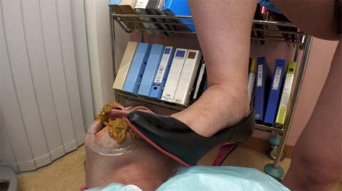 女性歯科医がドSスカトロプレイでウンコ歯磨きを強制